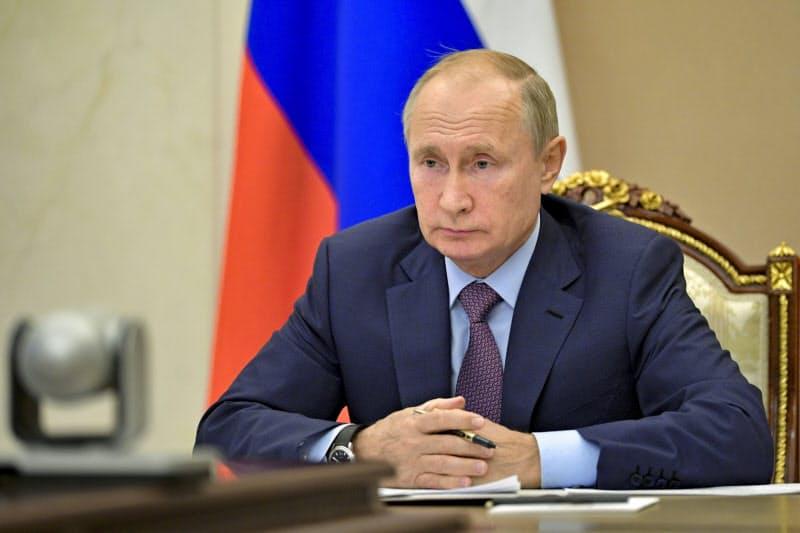 プーチン氏はロシアで2番目の新型コロナワクチンを承認したと明らかにした(14日、モスクワ郊外)=AP