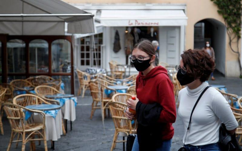 イタリアでは8日から屋外でのマスク着用が義務付けられた(14日、カプリ)=ロイター