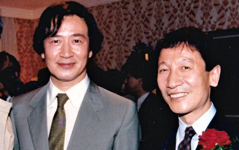 筒美さん(右)と並ぶ酒井さん(1979年ごろ)