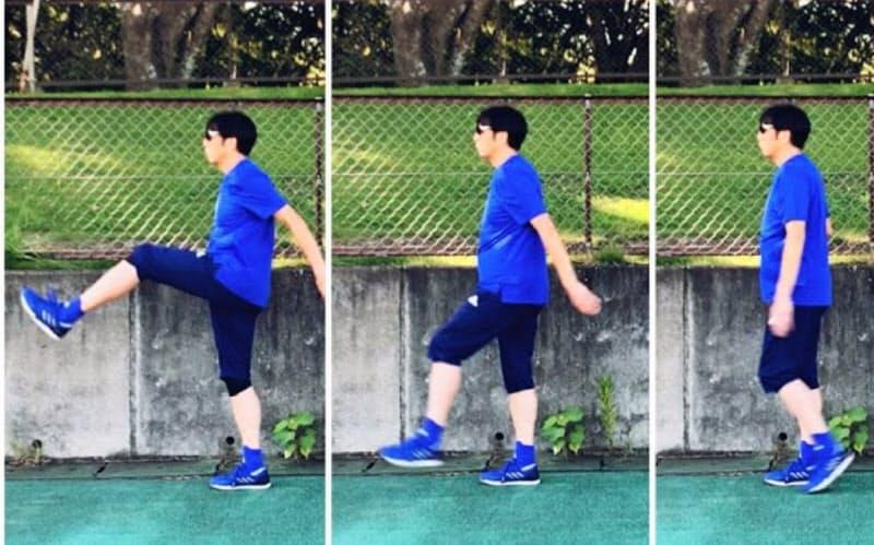 脚のスイングと骨盤の旋回がうまくかみ合うことでスムーズな走りが可能になる(日本サッカー協会審判員、西村雄一さんの練習風景)