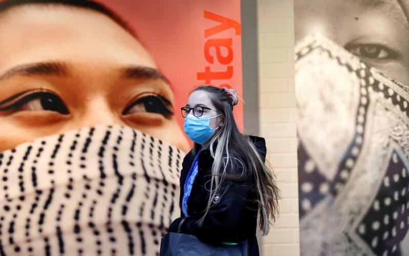 新型コロナウイルス感染者が急増しているリバプール市内ではマスクを着用した広告も=ロイター