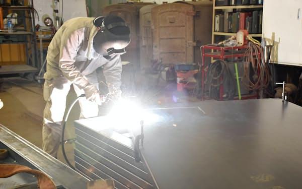 鉄板を溶接して容器を作る(福島県南相馬市の今野鉄工所)