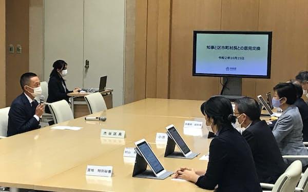 小池都知事と会談する渋谷区の長谷部区長(左)(15日、都庁)