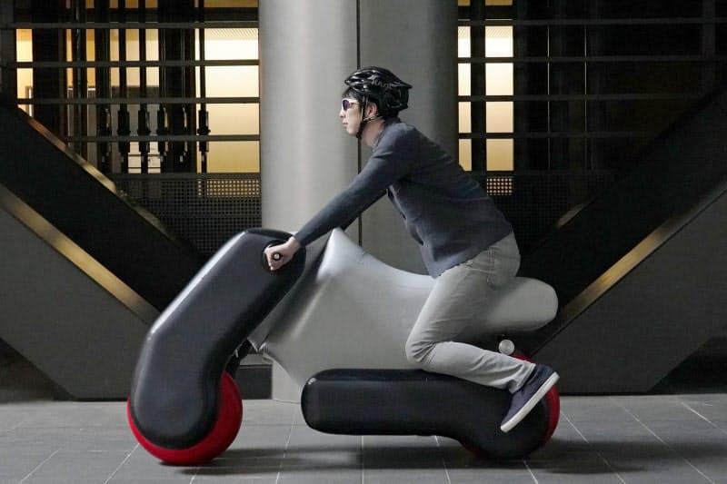 開発した次世代モビリティのポイモ。空気で膨らんでバイク型になる。(東京大学新山龍馬講師提供)