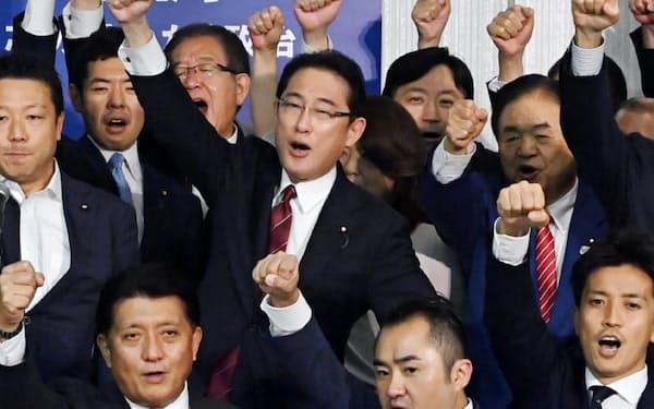 自民党総裁選に向けた決起大会で気勢を上げる岸田氏(中央)ら(9月14日、東京都港区)