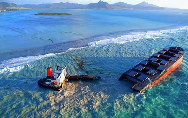 モーリシャス沖で座礁し、完全に分裂した日本の貨物船(lexpress.mu提供・共同)