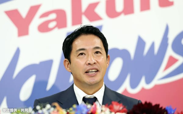 今季限りでの現役引退を表明したヤクルトの五十嵐亮太投手(15日、東京都内の球団事務所)=球団提供・共同