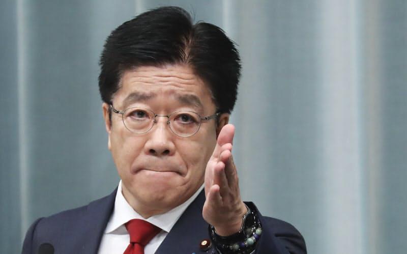 記者会見する加藤官房長官(15日、首相官邸)
