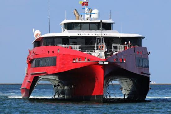 博多港に入港するJR九州の新型高速船「クイーンビートル」(15日、福岡市)