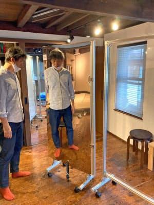 ナオックスが製造したボイストレーニング向け間仕切りは鏡扉を付けて姿勢を確認できる(金沢市)
