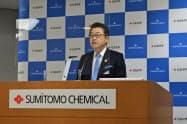 ESG説明会で会見する住友化学の岩田圭一社長