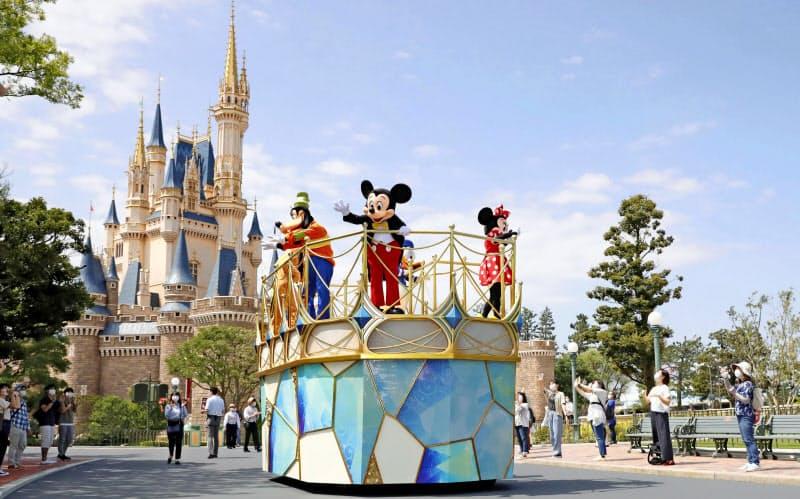 7月の営業再開を前に報道公開された東京ディズニーランドで、パレードに代わり、台車に乗って園内を回るミッキーマウスらキャラクター(6月29日、千葉県浦安市)