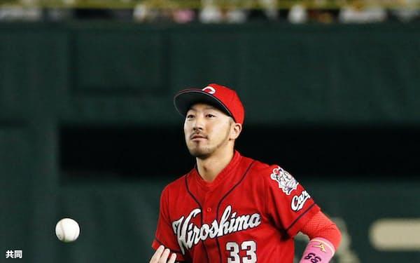 10回巨人2死二塁、中島の二飛を捕球し、二塁手としてのシーズン連続守備機会無失策を434に伸ばした広島の菊池涼(15日、東京ドーム)=共同