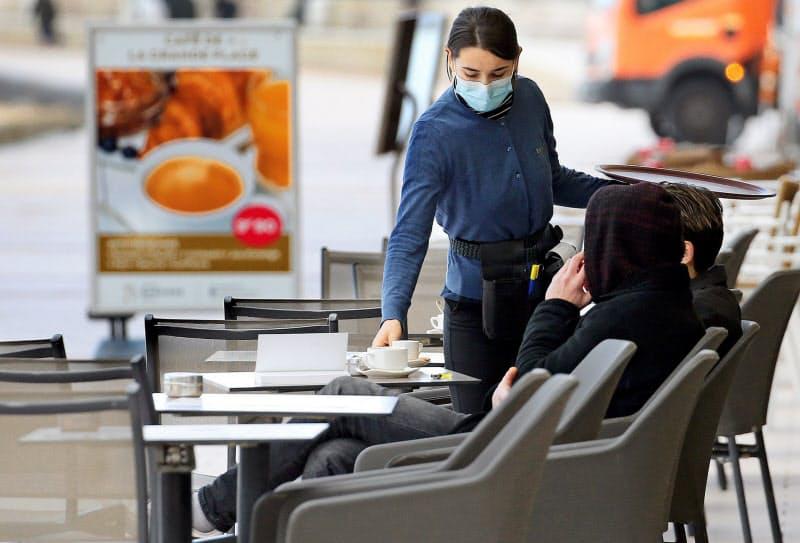 欧州の感染が増えている(15日、フランス南西部ビアリッツ)=AP