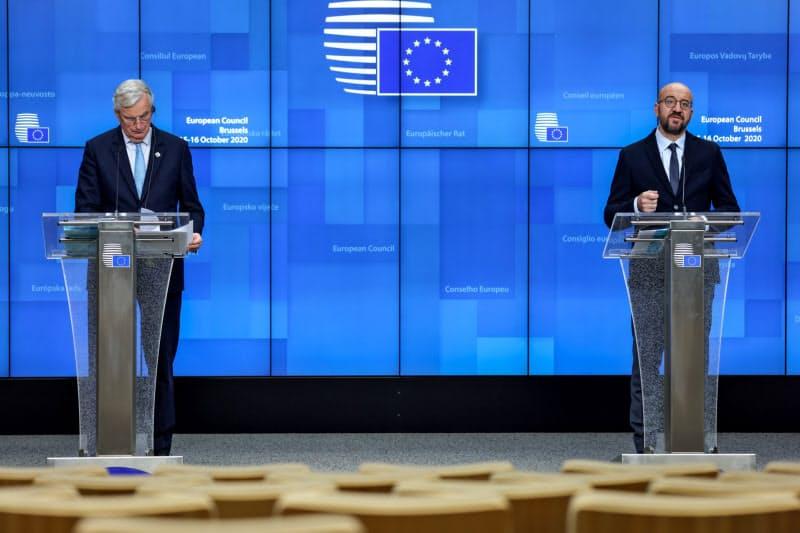 15日、ブリュッセルで記者会見するEUのミシェル大統領(右)とバルニエ首席交渉官=ロイター