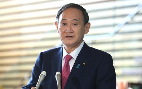 就任1カ月を迎え、報道陣の質問に答える菅首相(16日、首相官邸)