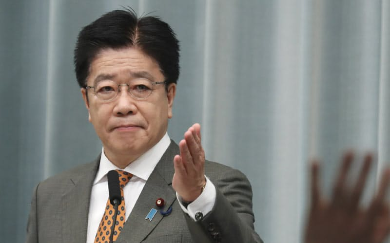 記者会見する加藤官房長官(16日午前、首相官邸)