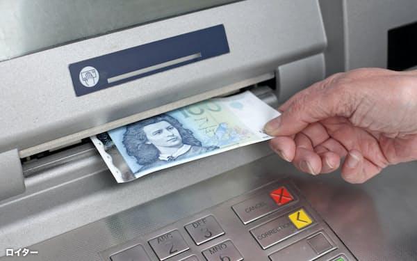 オーストラリアの科学機関の研究では、新型コロナウイルスは紙幣の表面に最長1カ月近く残存するという=ロイター