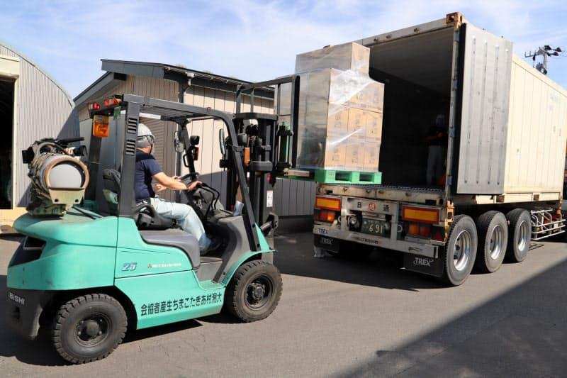 県内食品メーカーの食品も混載し、輸送費を安く抑える(秋田県大潟村)