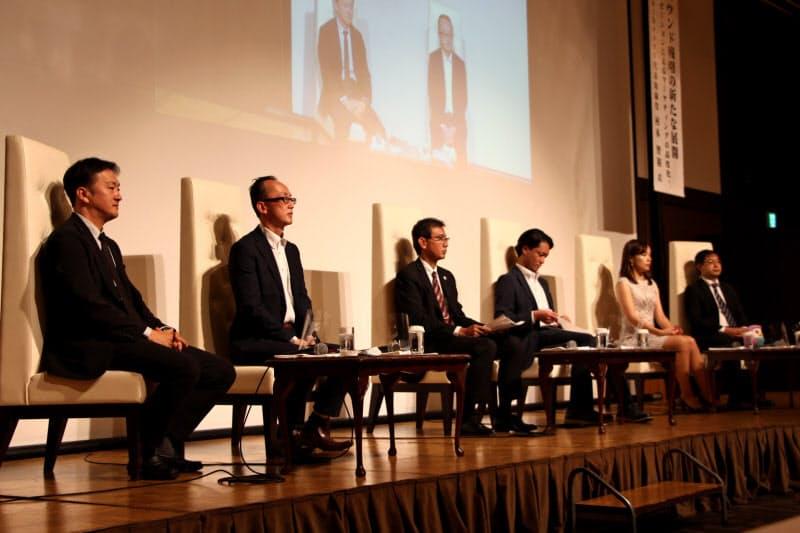 講演を終えた村木氏(左)と5県の観光関係者が広域連携に向けた議論を交わした