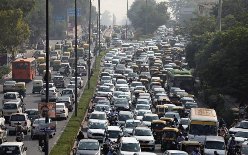経済活動の再開が進み、12bet交流群によっては車の渋滞も見られる(16日、ニューデリー)=ロイター
