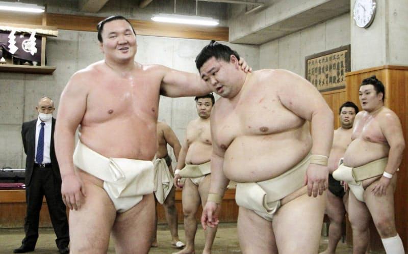 合同稽古に参加した白鵬(左)と正代(16日、両国国技館の相撲教習所)=共同