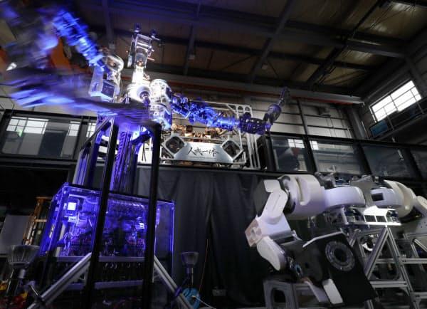 「人機一体」が開発している人型重機。独自のトルク制御で操縦者に力の感覚が伝わる=松浦弘昌撮影