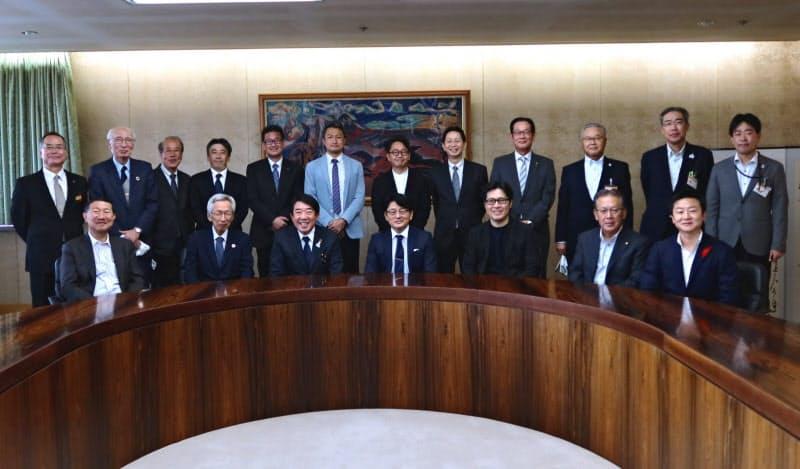 準備検討会は山本市長(前列左から3人目)ら前橋市の産官学の代表者らで構成する(16日、前橋市)