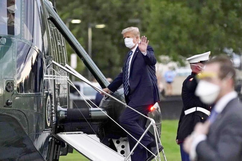 トランプ大統領の感染は、世界に米国のコロナ対策の失敗を印象づけた。米ワシントン近郊の軍医療センターから退院し、ヘリに乗り込む=5日、AP=共同