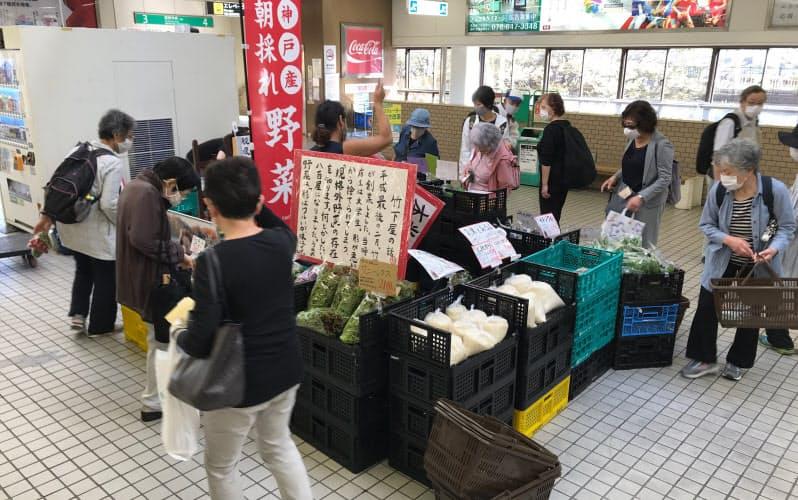 その日にとれた地元の農産品が並ぶ(10月上旬、神戸市営地下鉄・名谷駅の構内)