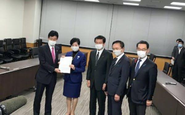 1都3県知事が水際対策で、西村経財相に要望書を提出した(東京都千代田区の内閣府)