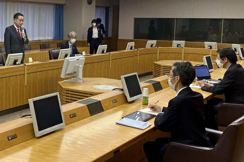久元神戸市長との会談で発言する井上万博担当相(16日、神戸市)