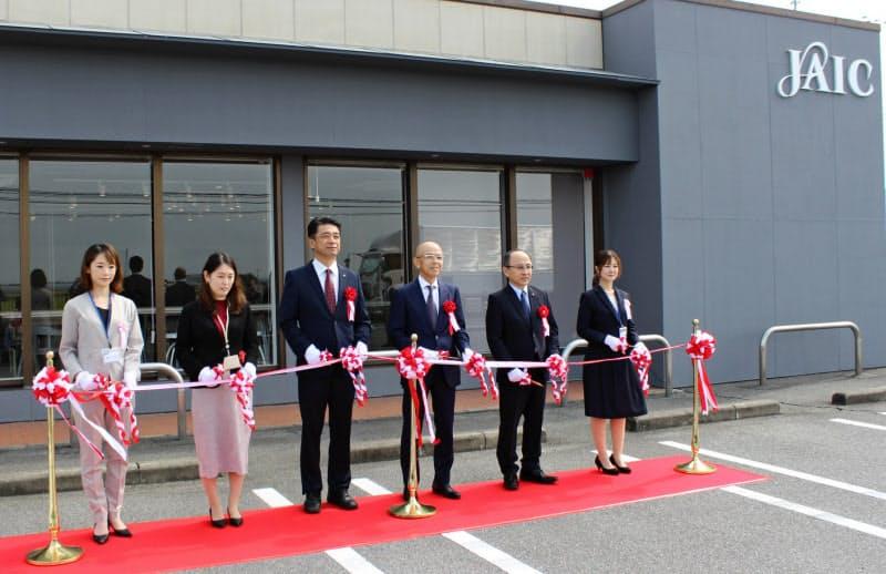 熊本オフィスの開所式を行ったジェイックの佐藤社長(右から3番目)ら(16日、熊本県宇城市)
