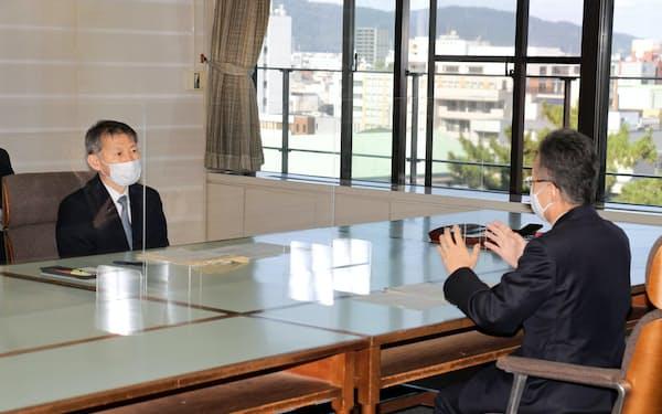 保坂長官(左)は原発40年超運転について杉本知事に理解と協力を求めた(16日、福井市)