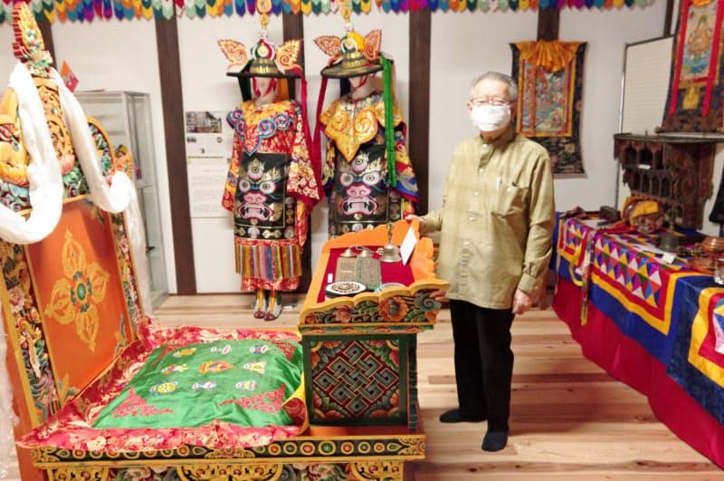 新たなブータンミュージアムに立つ野坂弦司さん(勝山市)