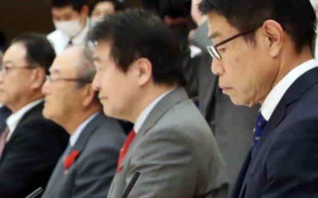 成長戦略会議の初会合に出席した民間の有識者(16日、首相官邸)