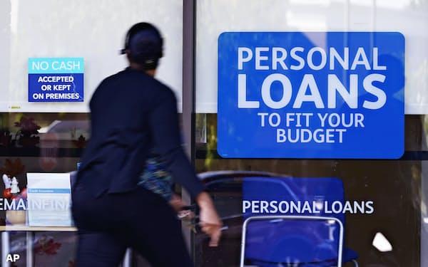 米家計債務の残高は増え続けている(個人向けローンのオフィス前にたたずむ女性、米テネシー州)=AP
