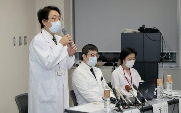 記者会見する神戸市立神戸アイセンターの栗本病院長(左)ら(16日、神戸市中央区)
