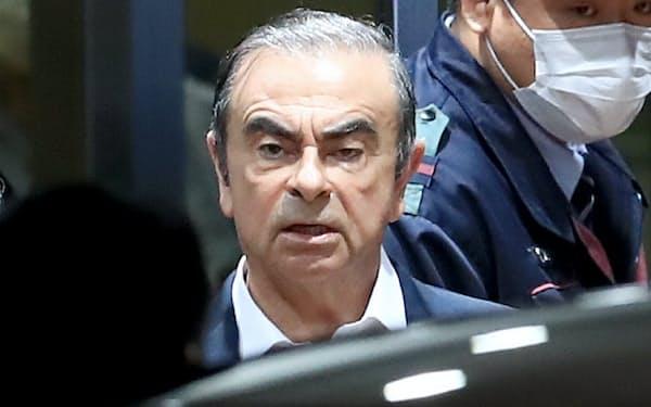 保釈され東京拘置所を出る日産自動車のゴーン元会長(2019年4月)