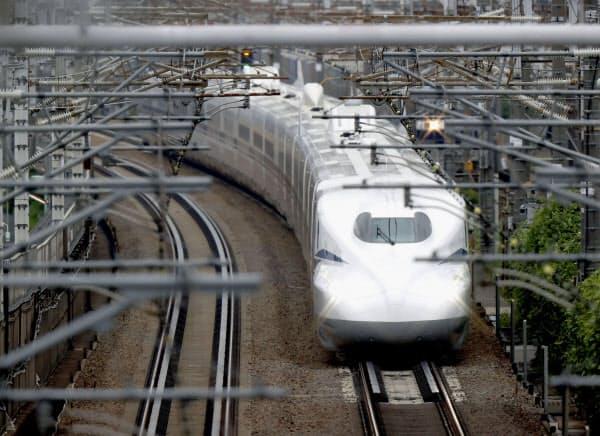 名古屋市内を走行する東海道新幹線の新型車両「N700S」の一番列車「のぞみ1号」(7月)