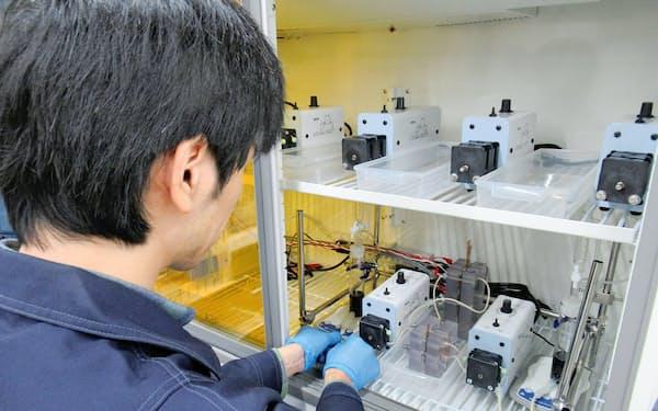 LEシステム(福岡県久留米市)のレドックスフロー電池向け電解液を試験する様子