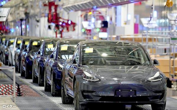 米テスラが中国・上海で生産している小型EV[モデル3」。電池に続き、モーターでも中国企業製を採用するとの見方が浮上=ロイター