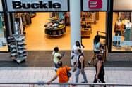 ショッピング・モールで買い物をする消費者(米ニューヨーク州)=ロイター