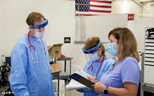 仮設病院で作業する医療従事者たち(12日、ウィスコンシン州)=ロイター