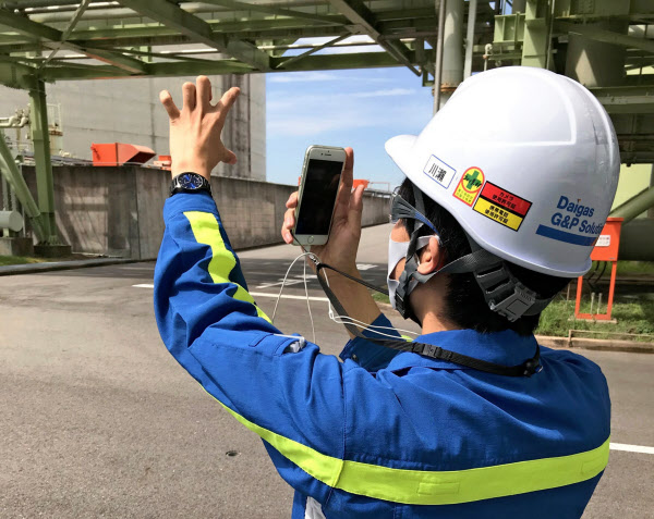 大阪ガスは製造所の様子をスマホでライブ中継した(大阪府高石市の泉北製造所)