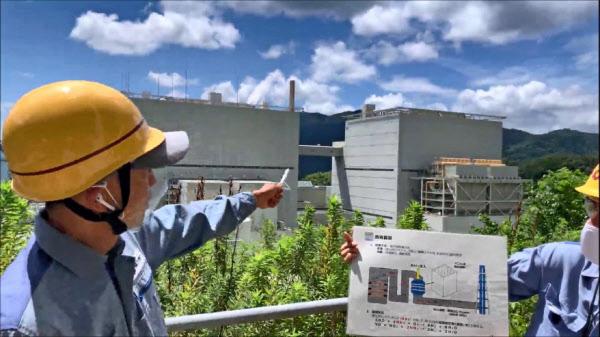 発電所の様子を動画で紹介する関西電力の担当者(京都府舞鶴市の舞鶴発電所)