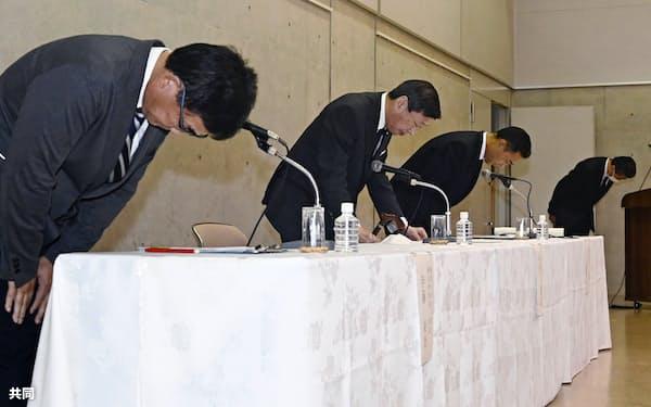 記者会見で謝罪する(左から)東海大の伊藤栄治硬式野球部長、山田清志学長ら(17日午後、神奈川県平塚市)=共同
