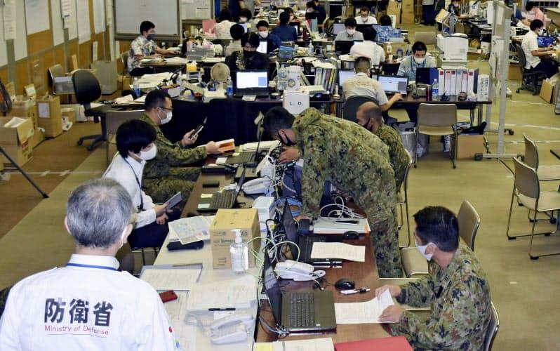沖縄県の総括情報部では新型コロナウイルス感染者の発生状況などの情報を収集し、対応に当たっている(8月)=共同