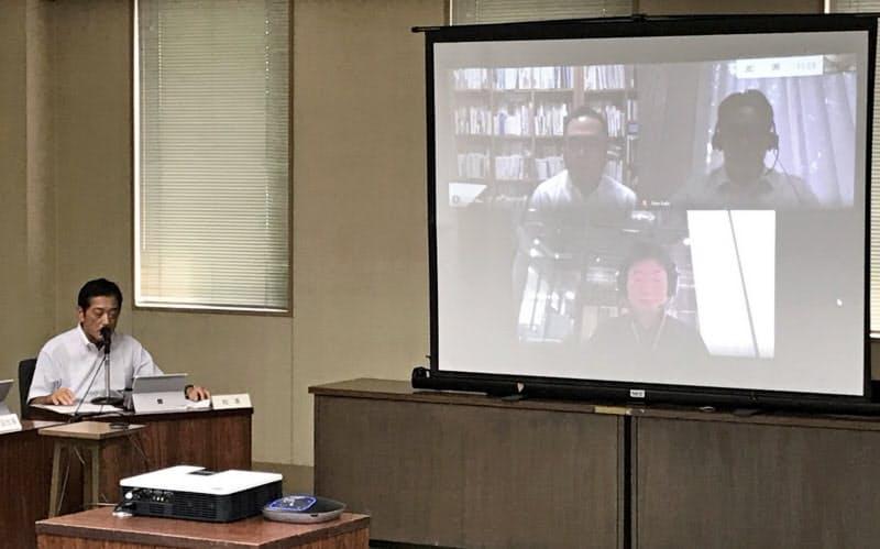 オンラインでつないだデジタルコーディネーター就任発表会で「民間で活躍する人の知恵を借りたい」と話す愛媛県の中村知事(左)(8月、愛媛県庁)