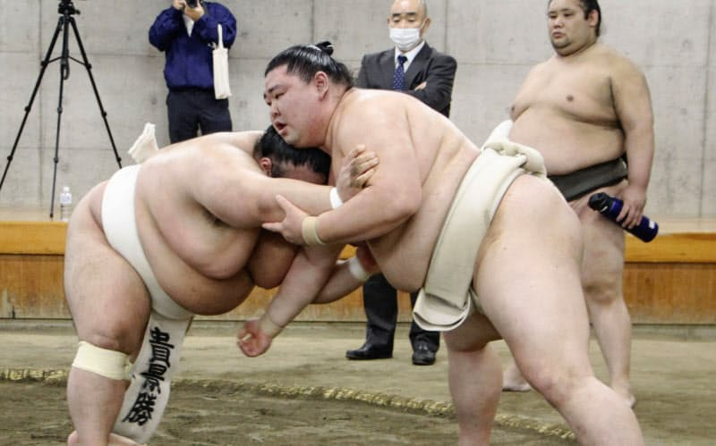 両国国技館内の相撲教習所で稽古する正代(右)と貴景勝(17日)=共同
